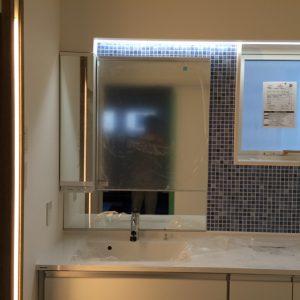 洗面化粧台です。本来の照明がある場所には・・・・ 写真の横にも・・・・? 仕上がりをお楽しみ・・・・