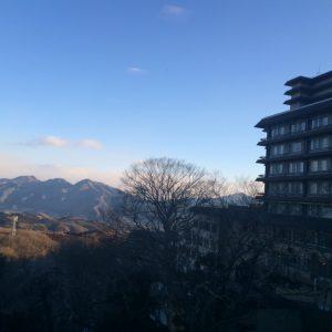 温泉旅館からの眺めです。こちらは今朝の写真です。 山を越えればこの通り晴天です。