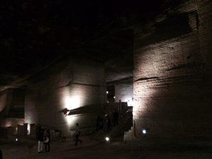 ご覧のように内部は、ライトアップされて、幻想的な世界が広がります。