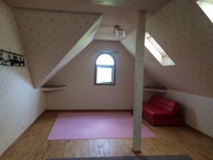リビングの写真を撮り忘れましたが、2階の子供室はご覧のように屋根裏部屋になっております。