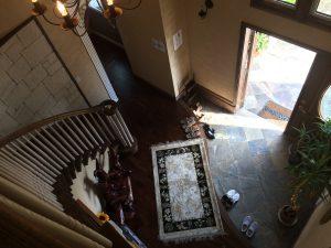 玄関に入ると、素敵なカーブ階段が迎えてくれます。