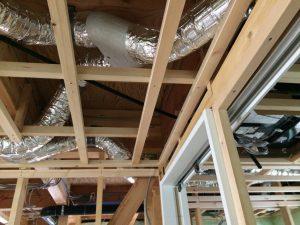 ご覧の通り、天井には1種換気扇の本体と断熱ダクトと分岐チャンバーが天井裏を所狭しと入ってこれから、また、さらにこの隙間に断熱材を1,2階の音の緩衝材としていれていきます。
