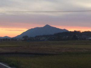 夕暮れ時の弥彦山です。農道からの景色です。