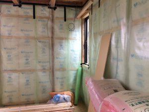 裸の断熱材でも良いのですが、袋入りの方が何かと安心とおもいまして、室内の水蒸気を2重にガードしています。