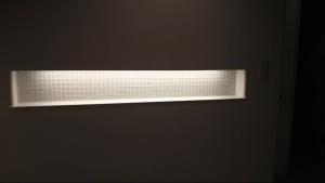ニッチもガラスタイルを間接照明でライティング