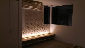 リビングの間接照明です。 まだ、アクリル板がついてませんが、下から壁面を照らします。