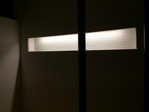 階段から、2Fホールニッチを撮影、間接照明を用いてガラスタイルを引き立たせております。