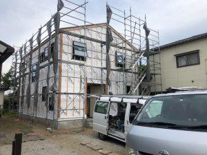 こちらは5月末に上棟したお宅です。これから外壁の工事にかかります。今回は初採用のカラーリングです。