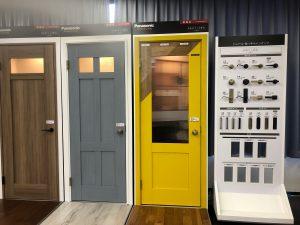 こちらの黄色いドア(建具)をご覧下さい。木目のシート貼の上から塗装を施せば、カジュアル雰囲気に仕上ります。