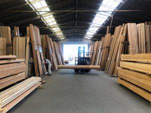 林業開発さんの倉庫です。 リフトで運んでいるのは「欅」です。